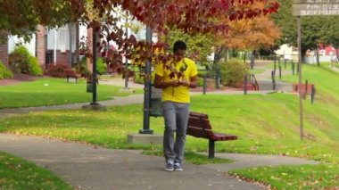 Texting While Walking — Stock Video