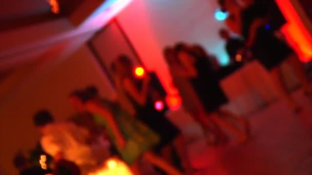 Bailarines en una recepción de boda. — Vídeo de stock