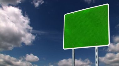 En grön tomt vägskylt med tid förfaller moln. — Stockvideo