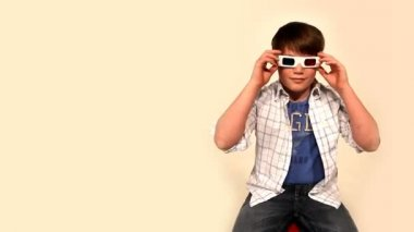A young boy wears 3D glasses. — Stock Video