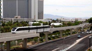 Spårvagnar transportera besökare runt las vegas strip. — Stockvideo