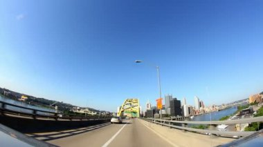 A view of Pittsburgh as you emerge from the Fort Pitt Tunnels. — Stock Video