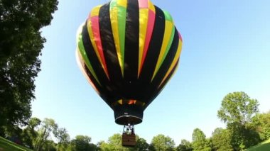 A hot air balloon lifts of the ground. — Stock Video
