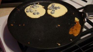Making blueberry pancakes. — Stock Video