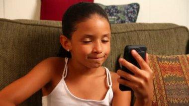 mladá dívka video chaty na její mobilní smartphone — Stock video #14568963