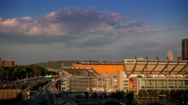 Dusk over the Pittsburgh skyline. — Stock Video