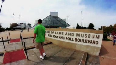 Les touristes visiter le rock and roll hall of fame — Vidéo