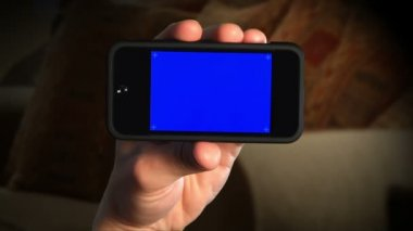 Holding a portable media player. — Stock Video