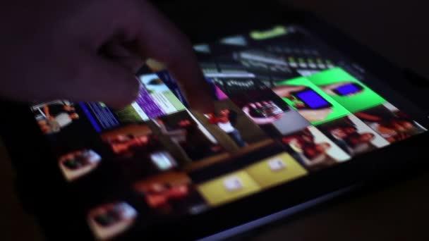 Álbum de fotos de pc con pantalla táctil — Vídeo de stock