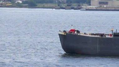 Ett lastfartyg som förankrade i new yorks hamn nära new york city. — Stockvideo