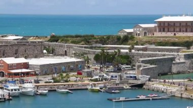 Tourists visit the shops and attractions at King's Wharf on the island of Bermuda. — Stockvideo