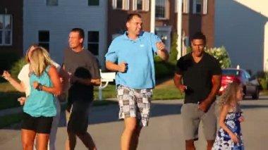 Een gelukkig groep voor buurt bewoners dansen in de straat. — Stockvideo