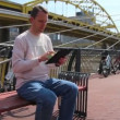Man Uses iPad Outside - Stockfoto