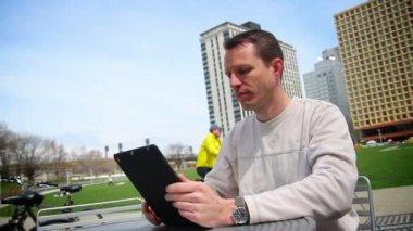 男子使用 ipad 以外 — 图库视频影像