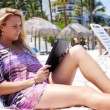 Royalty-Free Stock Imagem Vetorial: Using iPad at the Beach