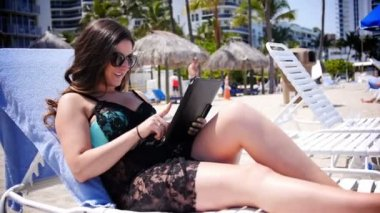 Woman with iPad at Beach 3051 — Stock Video