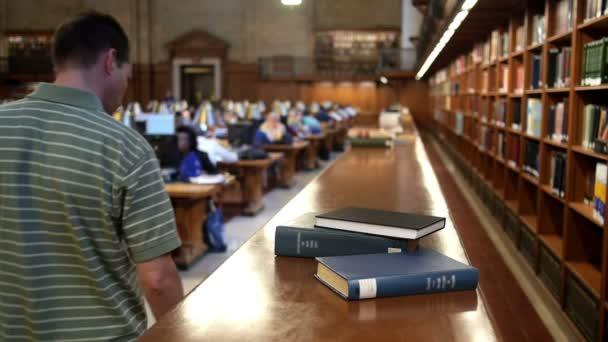 Hombre en biblioteca — Vídeo de stock