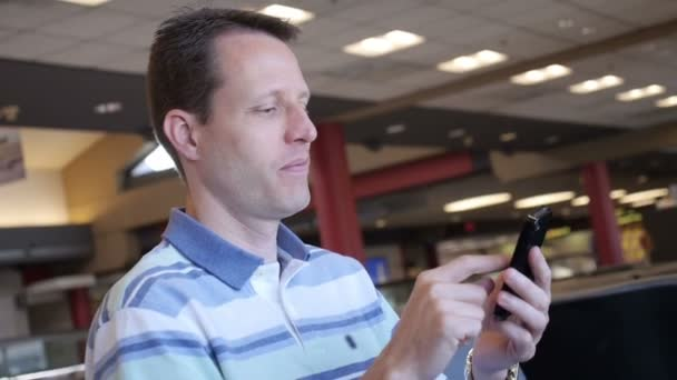 Hombre en el aeropuerto — Vídeo de stock
