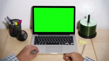 Green Screen Laptop Frustrated User — Stock Video