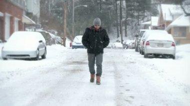 человек идет в снегу — Стоковое видео