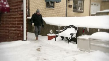 Hombre esparce sal en calzada helada — Vídeo de stock