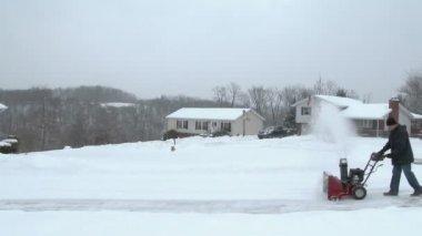 L'homme utilise la souffleuse à neige — Vidéo