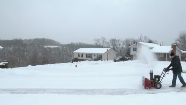 El hombre usa snowblower — Vídeo de stock