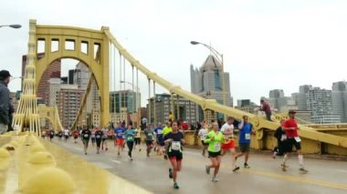 Pittsburgh Marathon Runners — Stock Video