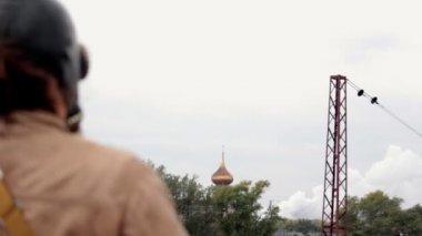 O homem da máscara de gás Olha para igreja — Vídeo stock