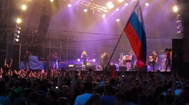 Fans with russian flag at live performance of rock band Bi-2. Defocus. — Stock Video