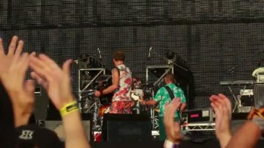 Applauding hands of fans during Vopli Vidopliassova live performance at the rock festival The Best City — Stock Video