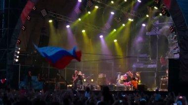 Lyova Bi-2 (Igor Bortnik) returns thanks to fans at the rock festival The Best City — Stock Video