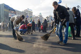 Volunteers cleaning the Independence square in Kiev after victory of revolution — Stock Photo