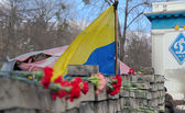 Flag of Ukraine and flowers near Dinamo Stadium in memory of Euromaydan victims, Kiev — Stock Photo