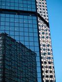 Edificios de oficinas en un distrito comercial céntrico — Foto de Stock