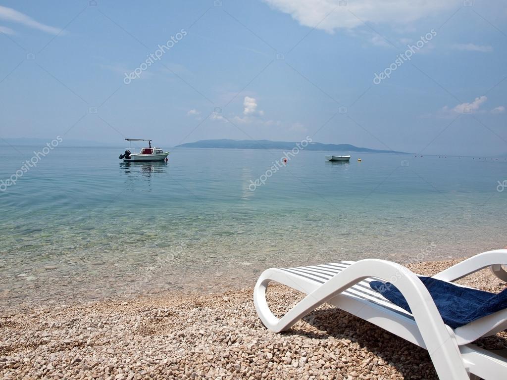 liegestuhl mit handtuch am strand stockfoto mazvone 12810025. Black Bedroom Furniture Sets. Home Design Ideas