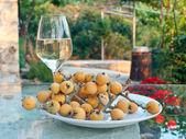 Copo de vinho branco na mesa ao ar livre — Foto Stock