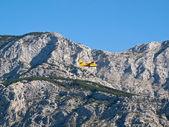 Airplane flying near mountain — Stock Photo