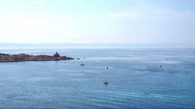 Tráfico en el mar cerca de lapso de tiempo de faro — Vídeo de Stock
