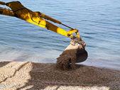 Escavatore scavando sulla spiaggia — Foto Stock