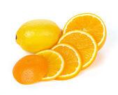 片上白色隔离的橙子和柠檬水果 — 图库照片