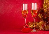 Boże narodzenie szampana szklanki i obecnie na czerwono — Zdjęcie stockowe