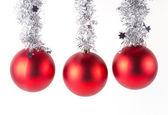 Rode kerstballen op wit — Stockfoto