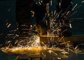 Afiação e corte pela máquina de disco abrasivo — Foto Stock