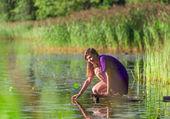 Young woman ralax near lake — Stock Photo