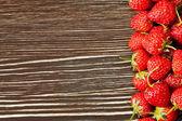 Jordgubbar på en trä bakgrund — Stockfoto