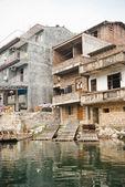 Dom wsi wzdłuż rzeki, guilin, chiny chifeng — Zdjęcie stockowe