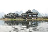 Les bâtiments de style minoritaires, parc d'attractions d'yangshuo shangri-la, baishai, guilin, chine — Photo