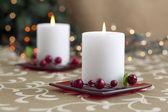 зажженные свечи на столе — Стоковое фото