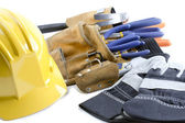 заделывают выстрел желтый шлем рабочие перчатки и инструмент пояса — Стоковое фото
